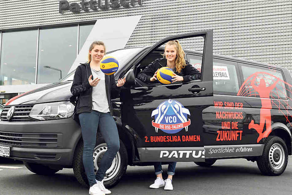 Die DSC-Girls Franziska Nitsche (l.) und  Camilla Weitzel vor einem der neuen VW-Busse vom Autohaus Jörg Pattusch.