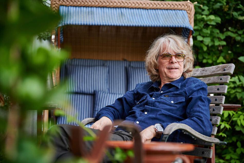 Helge Schneider, Musiker und Komiker, sitzt auf der Terrasse seiner Wohnung. Am Sonntag feiert er seinen 65. Geburtstag.