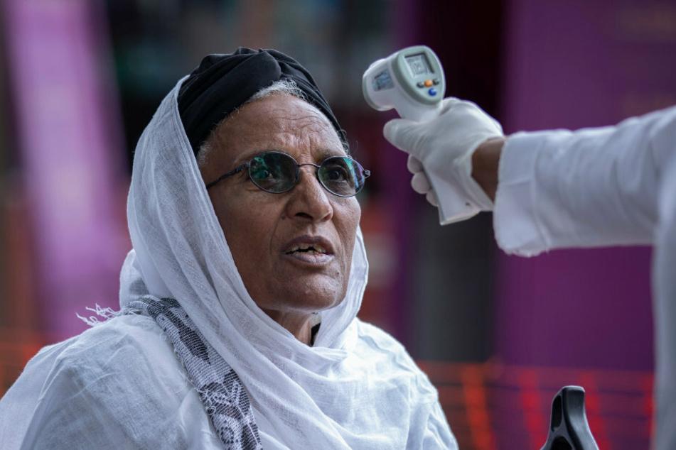 Äthiopien, Addis Abeba: Eine Frau lässt ihre Temperatur im Zewditu Memorial Hospital auf Symptome des Coronavirus überprüfen.