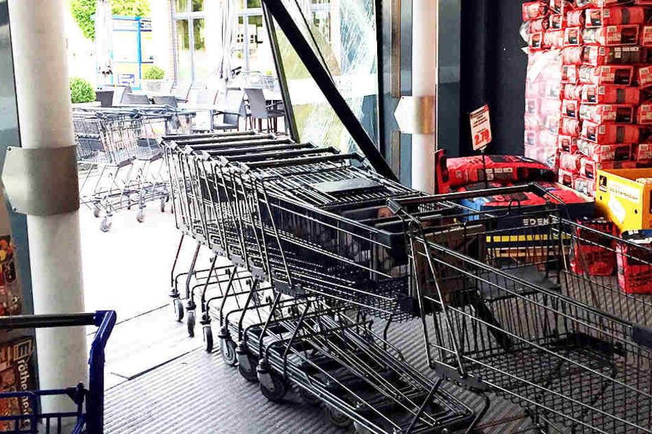 Mittels dieser Einkaufswagen verschafften sich unbekannte Räuber Zugang zum Supermarkt.