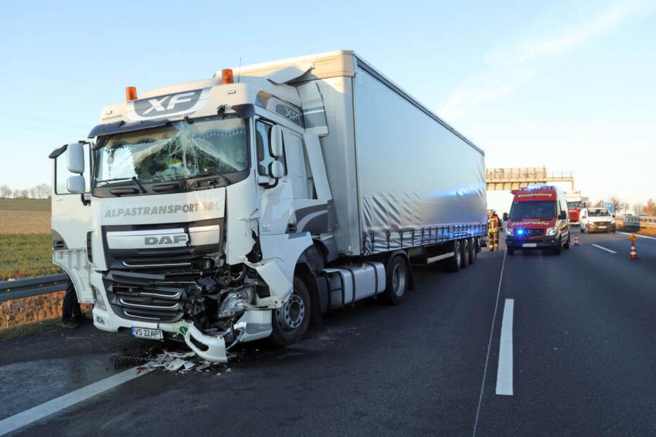 Einer der beteiligten Sattelschlepper wurde durch den Unfall stark beschädigt.