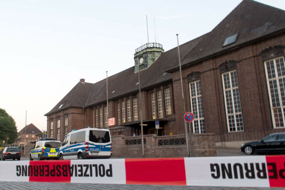 Der Bahnhof ist von der Polizei weiträumig abgesperrt (Symbolbild).