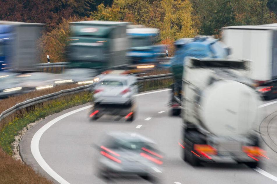 Todmüde: Lkw-Fahrer macht mitten auf der Autobahn ein Nickerchen