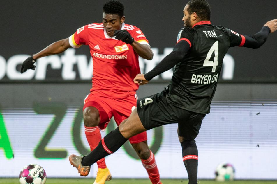Unions Taiwo Awoniyi (23, l.) im Zweikampf mit Leverkusens Jonathan Tah (25, r.). Die Liverpool-Leihgabe kehrt zu Union zurück.