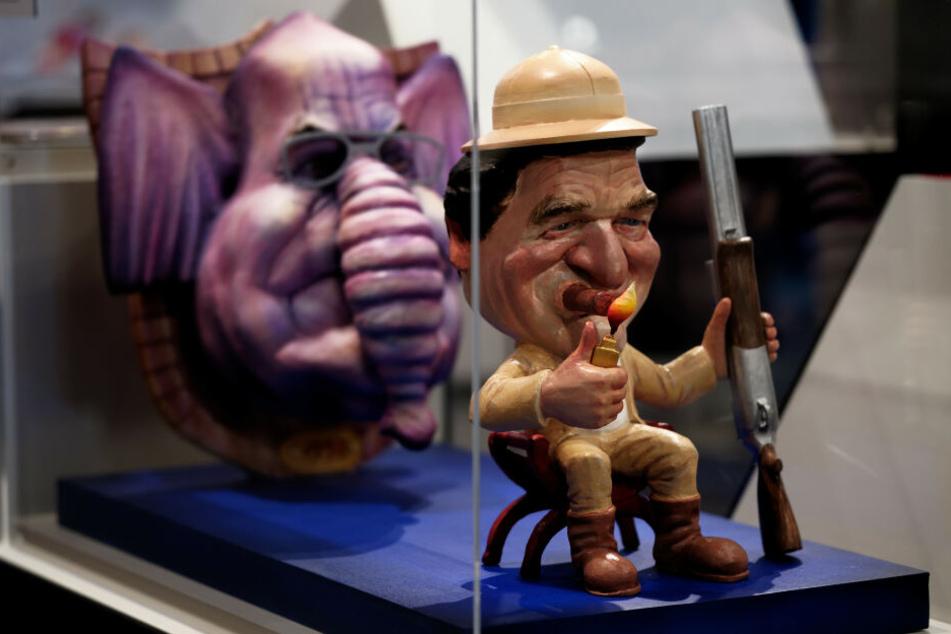 """Das Modell eines Rosenmontagswagen zum Machtwechsel von Helmut Kohl zu Gerhard Schröder von Jacques Tilly ist in der Ausstellung """"Zugespitzt"""" im Haus der Geschichte zu sehen."""