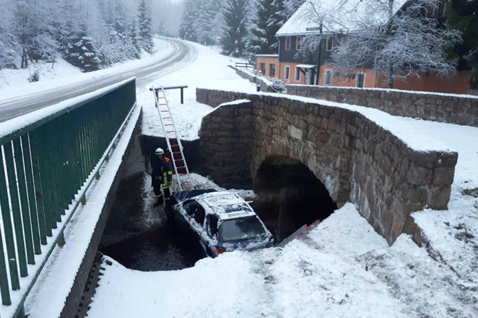 Schlecht eingeparkt! Mitten in der Roten Weißeritz landeten zwei Frauen mit ihrem  Subaru.