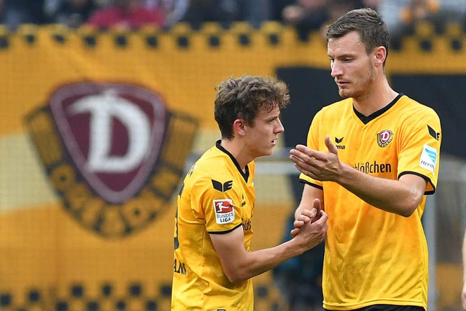 Niklas Hauptmann (l.) wurde nach  dem 0:3 gegen Aue, bei dem er in der letzten halben Stunde dabei war, von  Florian Ballas getröstet.