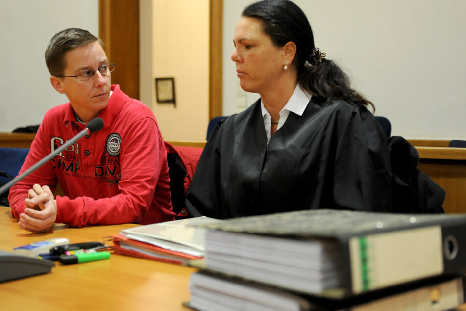 Die Anwältin der Nebenklage, Gaby Lübben (rechts), und die Nebenklägerin Kathrin Lohmann nehmen am Mordprozess gegen den ehemaligen Krankenpfleger Niels H. teil.