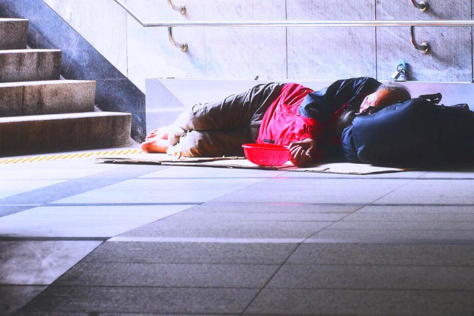 Der Obdachlose ist wohl mit einer brennenden Zigarette eingeschlafen. (Symbolbild)