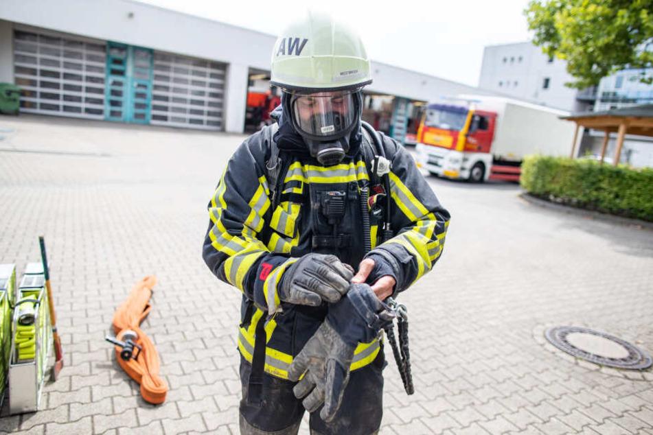 Heute sind Feuerwehrmänner laut Schneid durch ihre Schutzkleidung deutlich besser geschützt als vor 30, 40 Jahren (Symbolbild9.