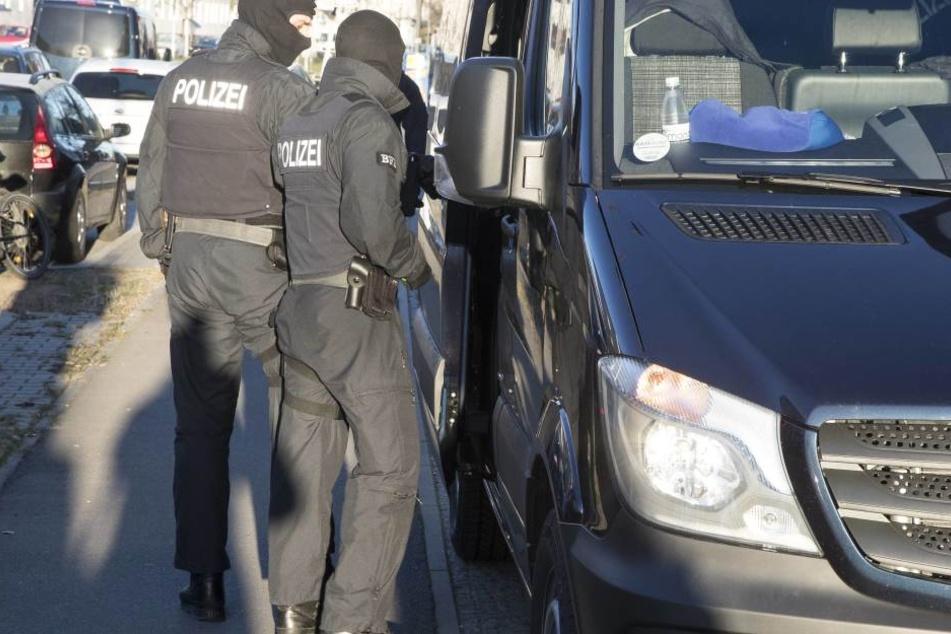 Die Bundespolizei hat sich am vergangenen Wochenende mehrere Männer mit illegaler Pyrotechnik geschnappt.