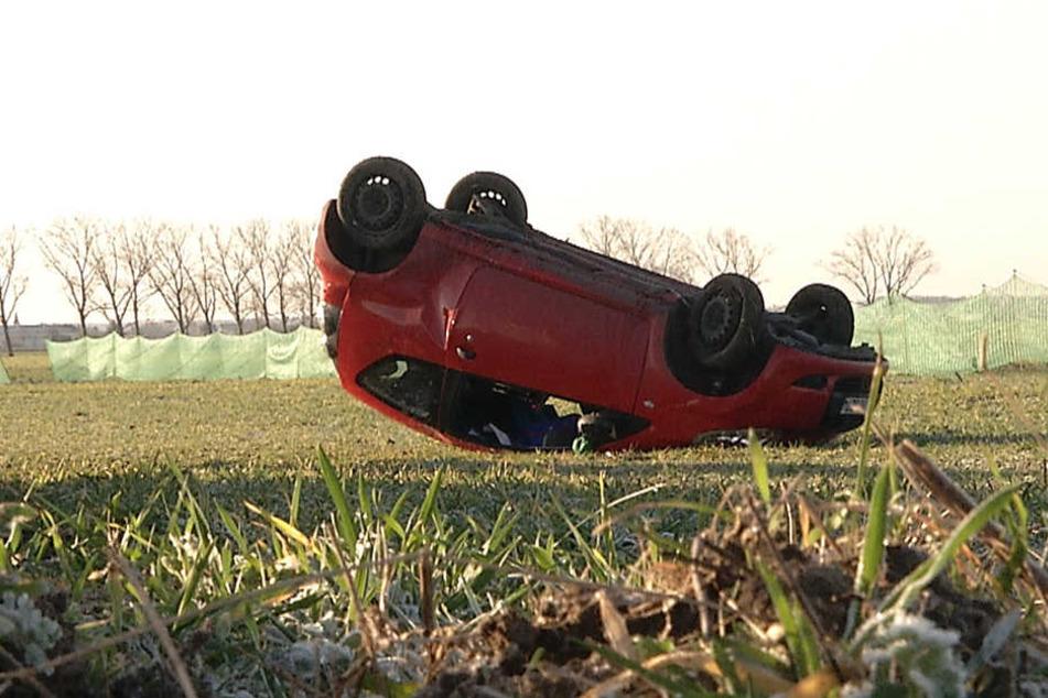 Das Auto hatte sich auf dem Feld dreimal überschlagen, ehe es auf dem Dach liegen blieb.