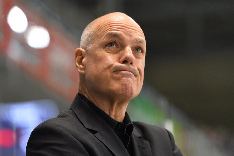 Bill Stewart schaut kritisch: Mit der Schiedsrichter-Leistung beim Derby in Weißwasser war der Eislöwen-Coach überhaupt nicht einverstanden.