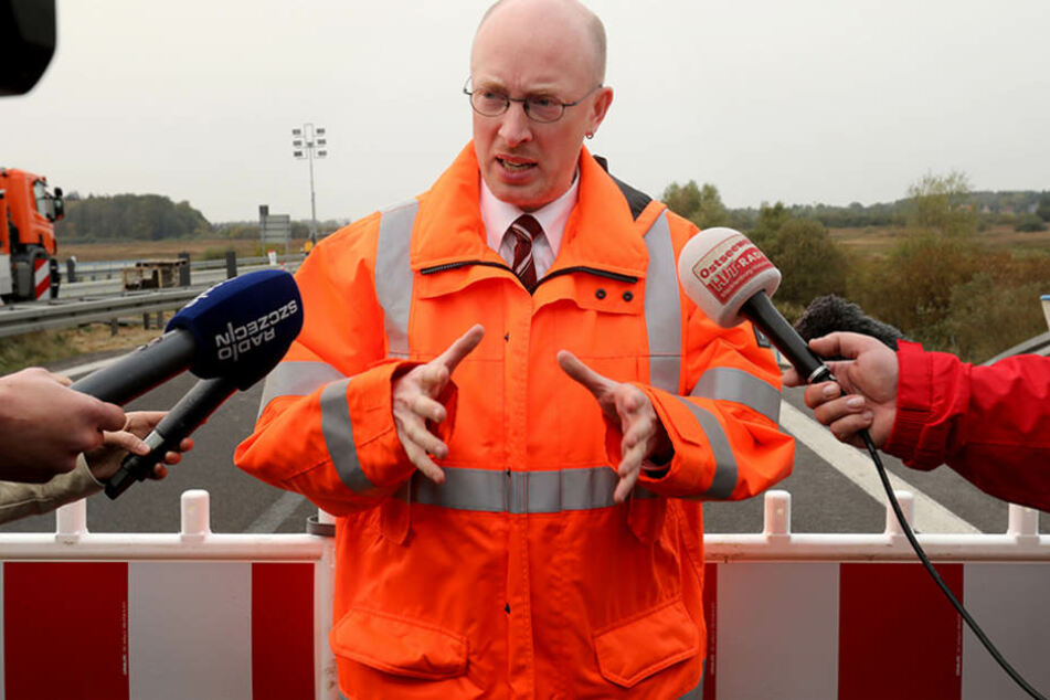 Christian Pegel informiert an der kaputten Autobahn A20 über ein Handelskonzept.