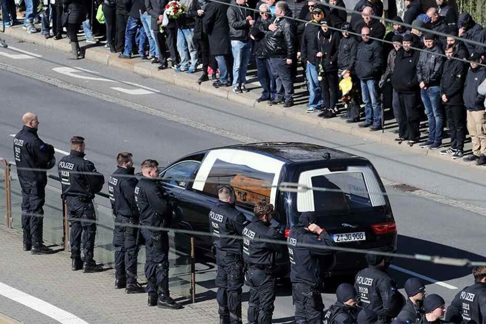 Ein Leichenwagen brachte den Sarg in die Annaberger Straße.