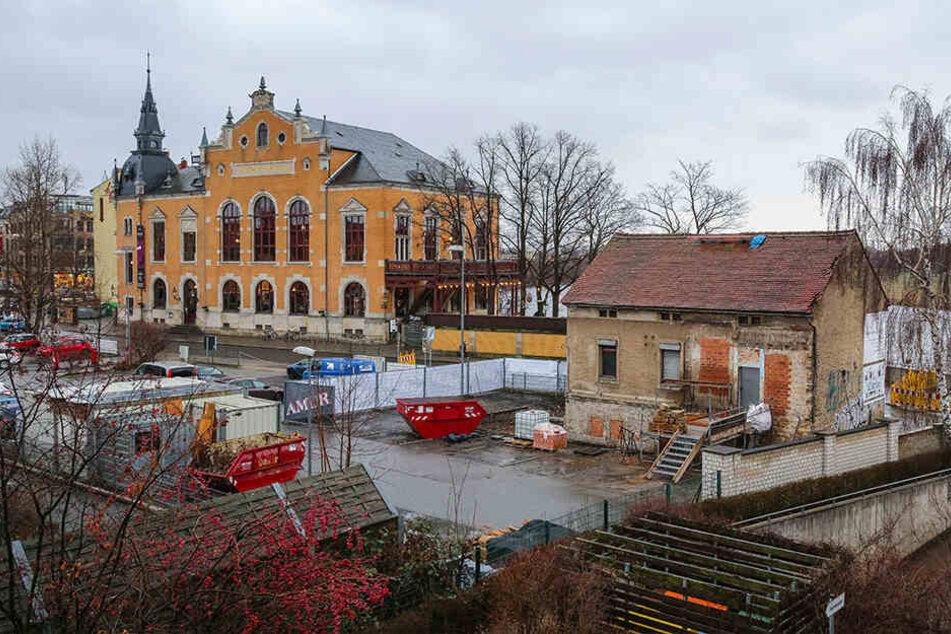 Lange stand das Haus gegenüber vom Ballhaus Watzke leer, jetzt wird es aufgemöbelt und bald wieder genutzt.