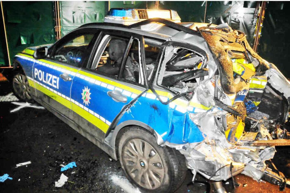 Das Polizeiauto, in dem die 23-Jährige starb. Zwei Kollegen wurden schwer verletzt