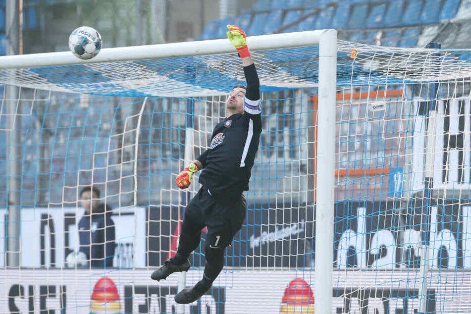 Aue-Keeper Martin Männel pariert einen Bochumer Freistoß.