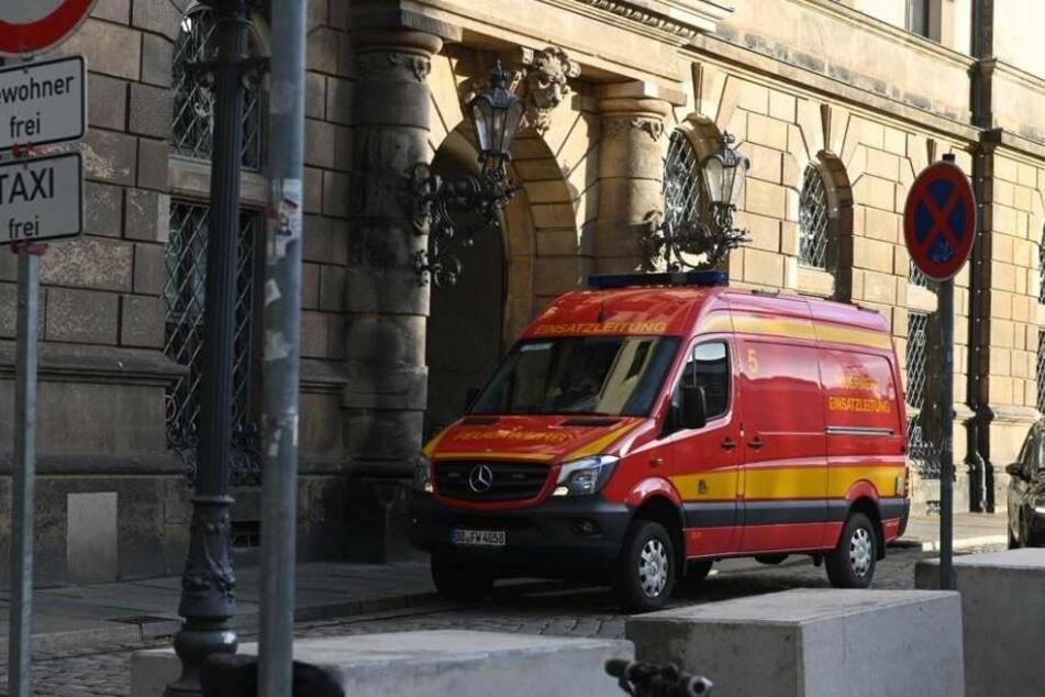 Ein Einsatzfahrzeug der Feuerwehr vor dem Residenzschloss.