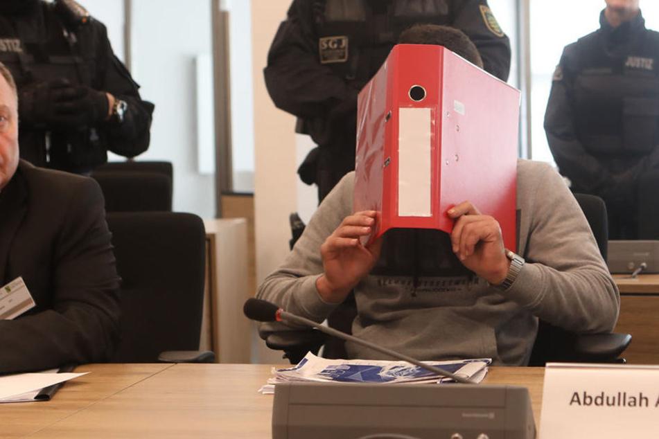 Er interessierte sich für Sprengstoffgürtel: Asylbewerber (18) unter Terrorverdacht vor Gericht