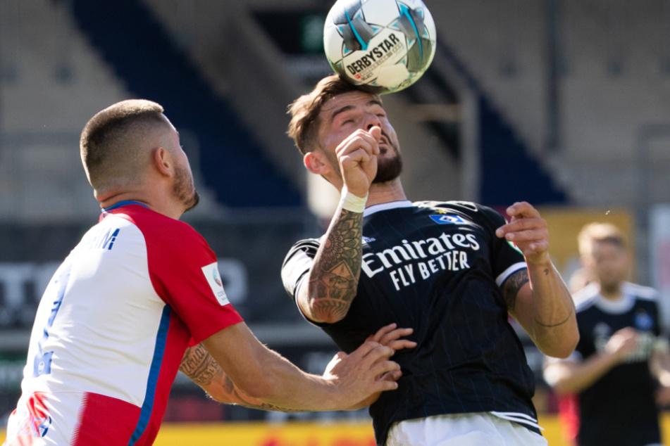 Heidenheims Marnon Busch (25, links) in Aktion gegen Hamburgs Tim Leibold (26).
