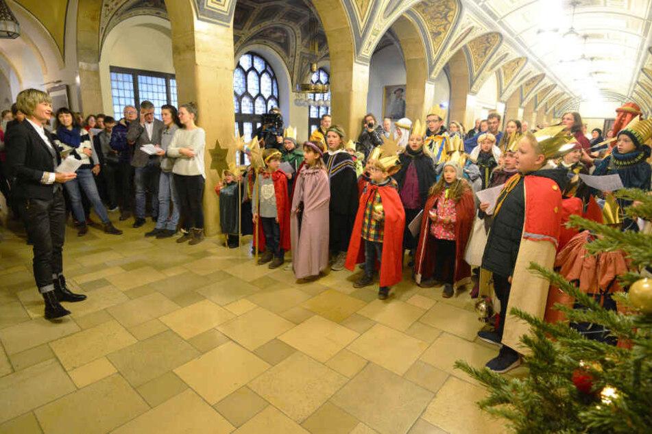 Oberbürgermeisterin Barbara Ludwig (57, SPD) sang mit den Sternsingern traditionelle Lieder zum Dreikönigstag.