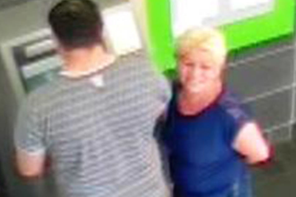 Die blonde Frau hob gemeinsam mit ihrem Begleiter einen vierstelligen Betrag ab.
