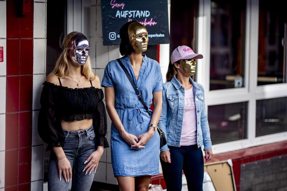 Sexarbeiterinnen warten in der Herbertstraße auf die Wiedereröffnung der Bordelle.