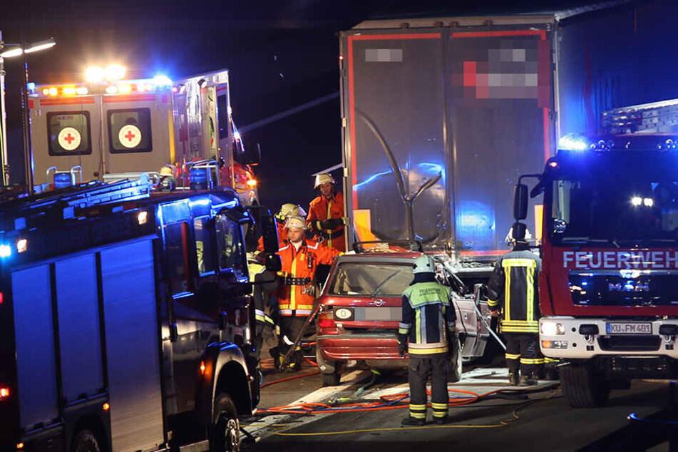 Auf noch ungeklärter Ursache krachte der Opel-Fahrer in das Heck des Lkw.