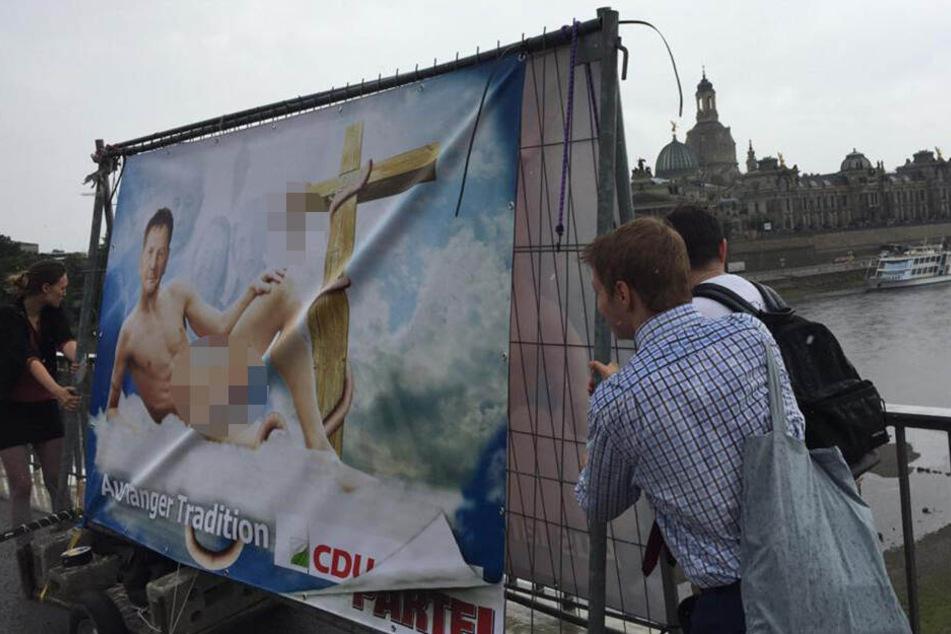 Hier schiebt DIE PARTEI ihr Werk auf die Dresdner Brücke.