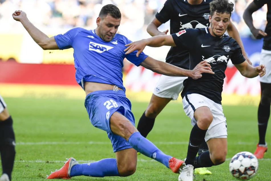 Hatte eine der besten Gelegenheiten der ersten Halbzeit: Hoffenheims Adam Szalai (l.) kann vor Diego Demme zum Schuss ansetzen, doch der Ball ging vorbei.