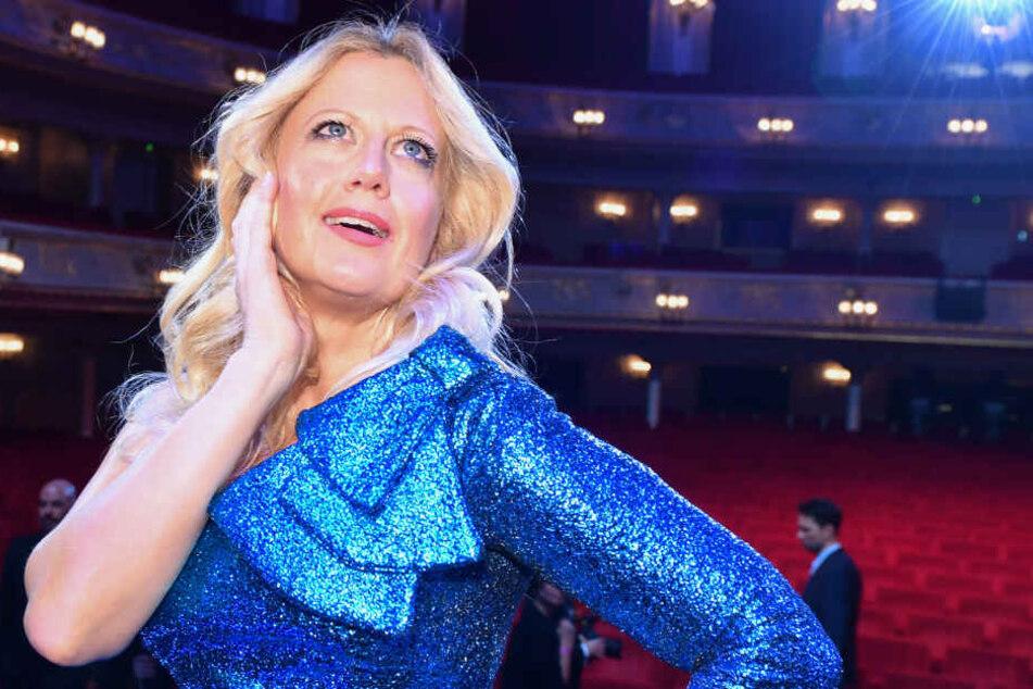 Moderatorin Barbara Schöneberger steht in der Komischen Oper bei der Verleihung des GQ Men of the Year Award 2017 auf der Bühne. (Archivbild)
