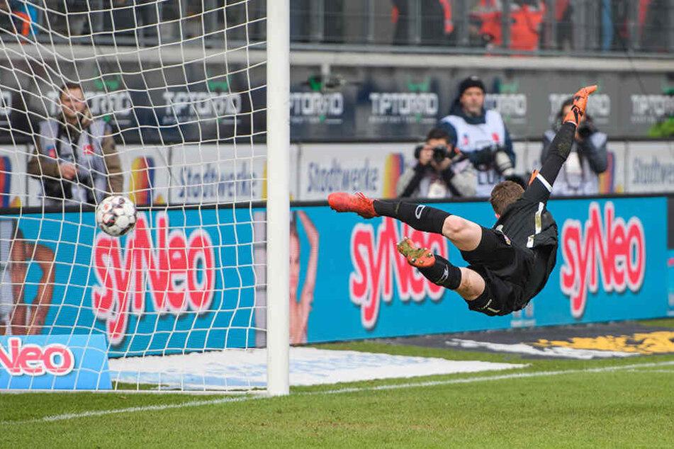 Schön geflogen! Beim Gegentor streckte sich Dynamo-Keeper Markus Schubert aber vergeblich.