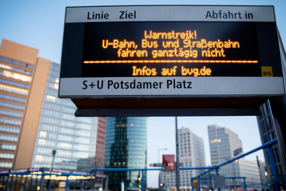 Eine Hinweistafel weist auf den Warnstreik bei den Berliner Verkehrsbetrieben (BVG) am Potsdamer Platz hin. (Archivbild)
