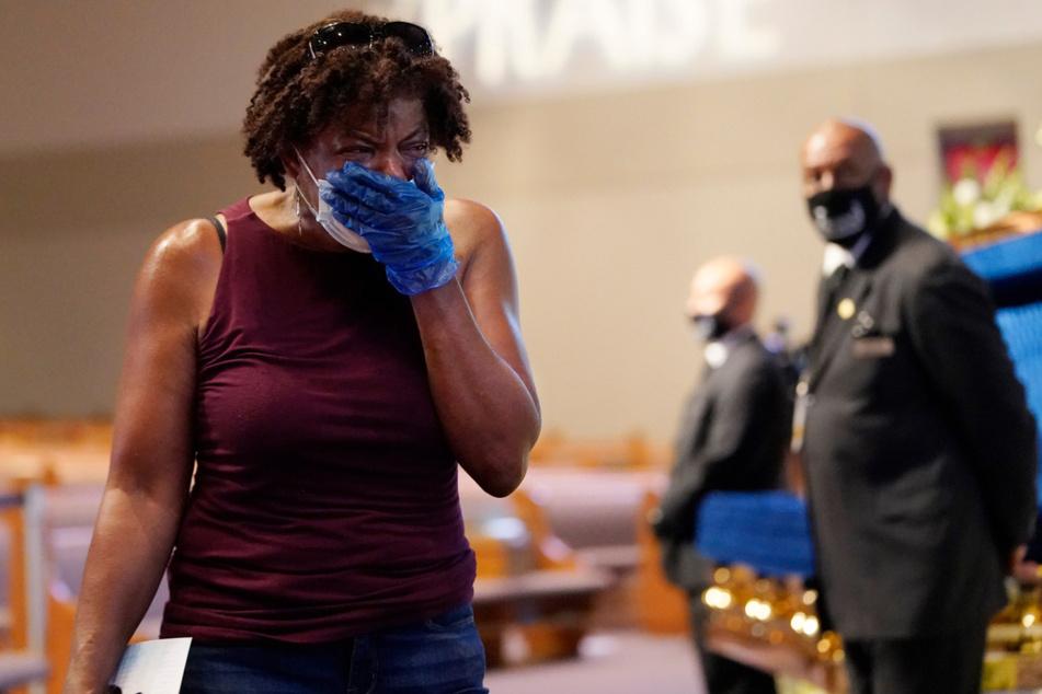 Charlene Thompson aus Houston weint, als sie am Sarg von George Floyd vorbeigeht.