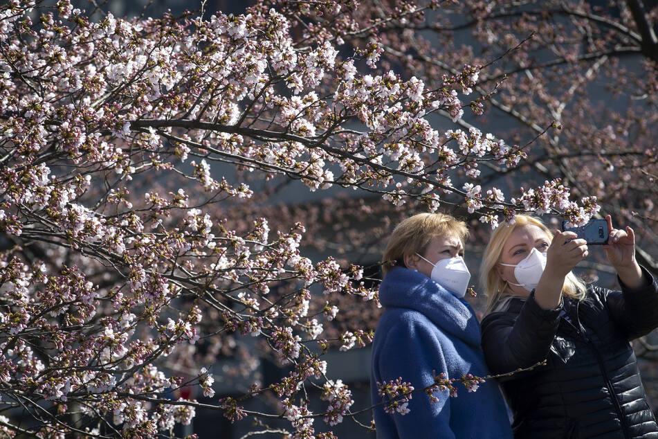 Zwei Frauen in Litauen mit Atemschutzmaske.