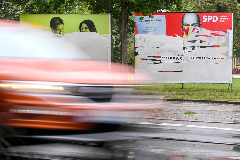 An der Leipziger Eisenbahnstraße stehen verunstaltete Wahlplakate.