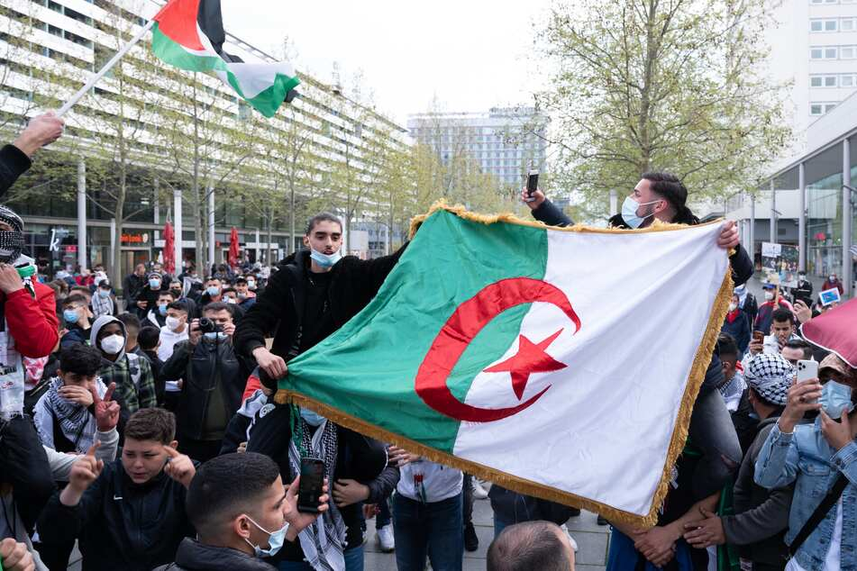 Teilnehmer einer pro-palästinensischen Demonstration stehen während einer Kundgebung auf der Prager Straße.