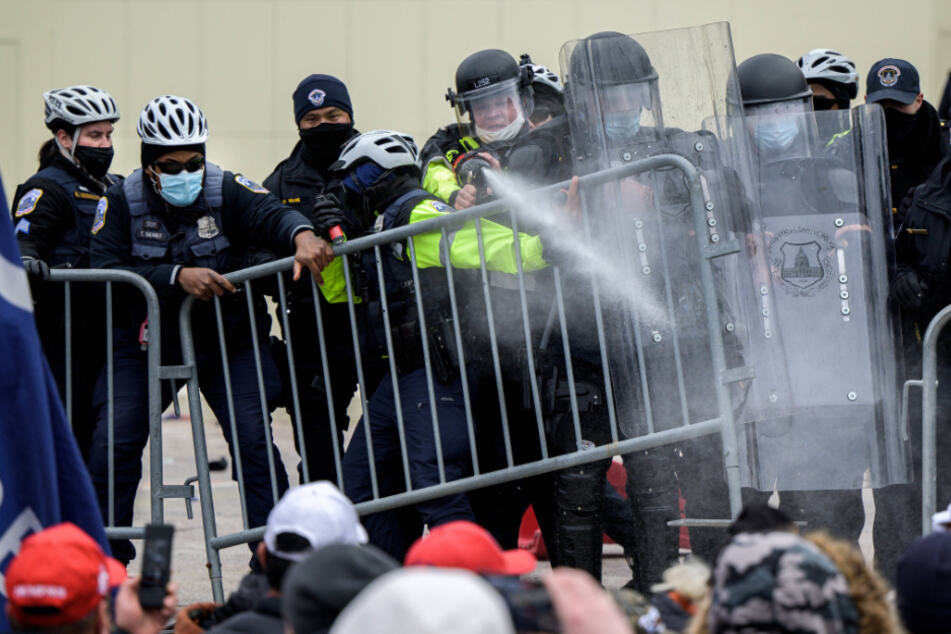 Die Polizei kämpft mit Pfefferspray.