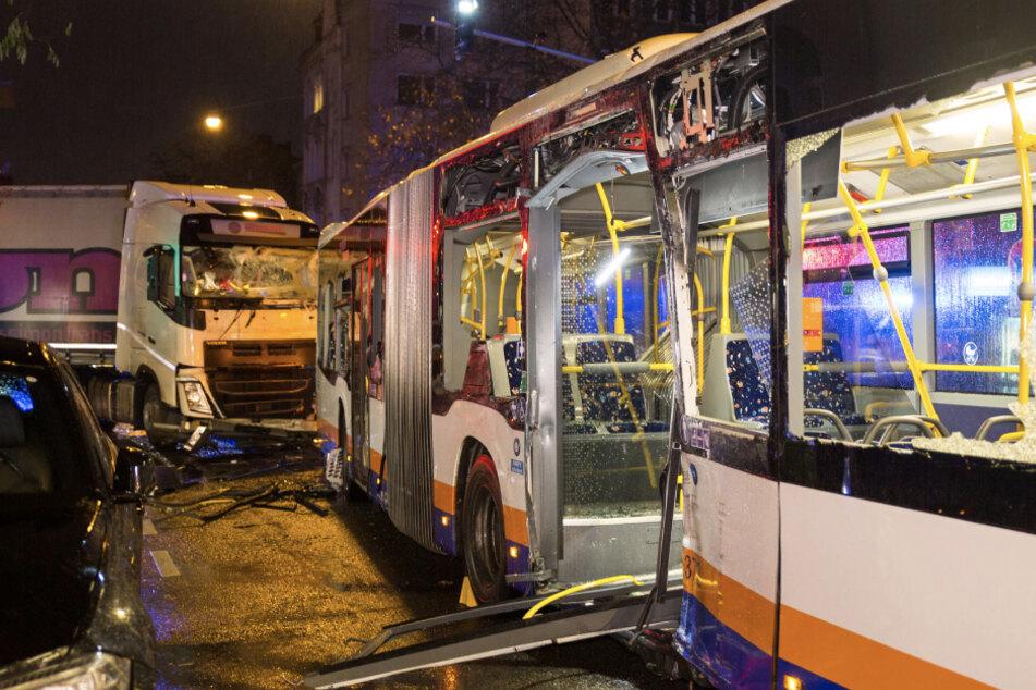 Linienbus und Laster krachen zusammen! Sechs Verletzte
