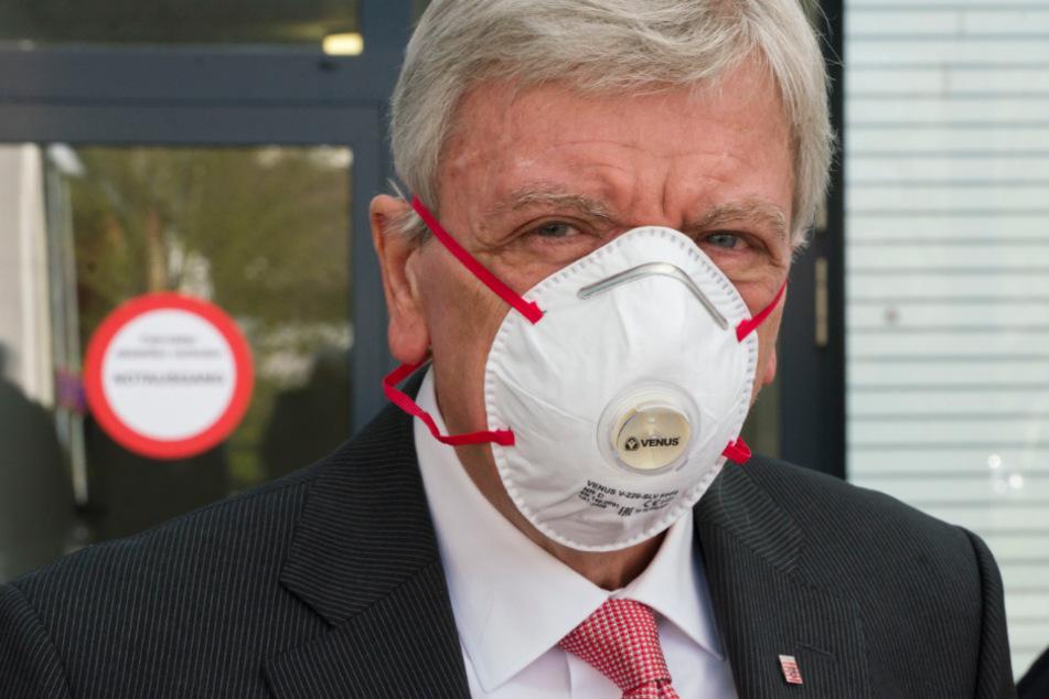 Das Foto vom 14. April zeigt Volker Bouffier (CDU), Ministerpräsident von Hessen, mit einem Mundschutz vor einer Klinik.