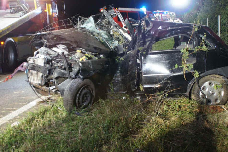 Der Mann musste aus dem Auto von der Feuerwehr befreit werden.