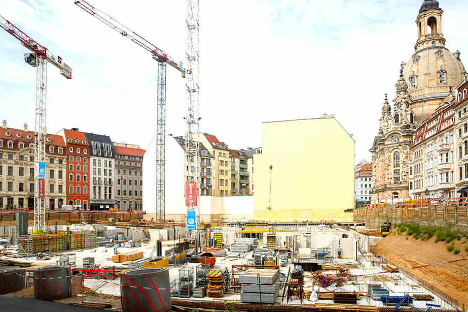 Am Palais Hoym (F.) wird kräftig gebaut. Weil Grundwasser abgepumpt wird, sinkt der Pegel auch in der Umgebung.