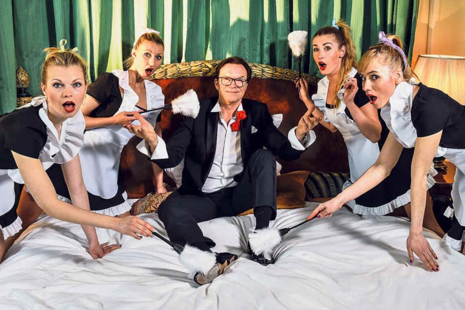 """Wolfgang """"Lippi"""" Lippert (65) fühlt sich bei den Dreharbeiten in der  Präsidentensuite des Kempi wie im siebten Himmel. Vier Zimmermädchen bemühen  sich um ihn."""