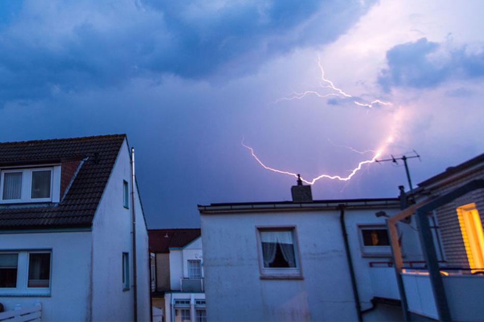 Sowohl wer sich im Haus als auch im Freien befindet, sollte die Gefahr durch Gewitter nicht unterschätzen.