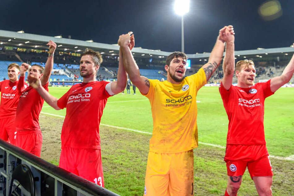 Nach dem Sieg in Bochum ließ sich die Mannschaft von den Fans feiern.