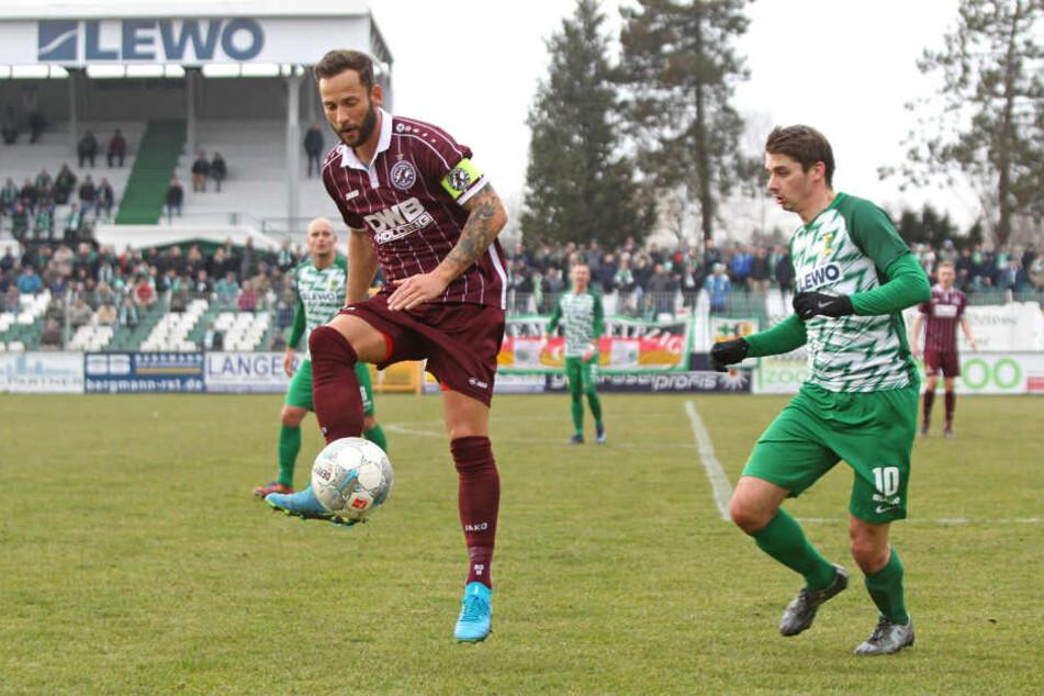 Der Ex-Bundesligaprofi Ronny Garbuschewski (l.) gegen Chemie Leipzigs Daniel Heinze.