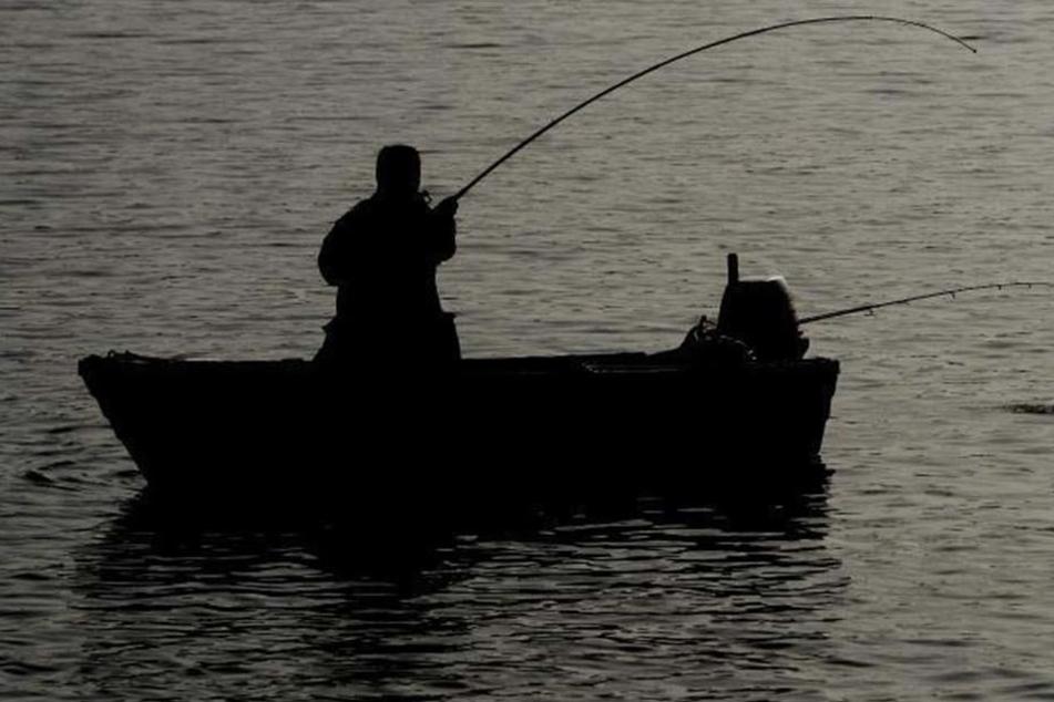 Warum der Mann aus dem Boot fiel, ist bislang noch unklar. Die Kriminalpolizei ermittelt. (Symbolbild)