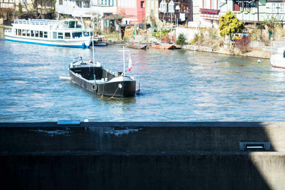 Mann steht auf einer Brücke, ein Ausflugsschiff fährt hindurch: Dann wird es richtig ekelhaft
