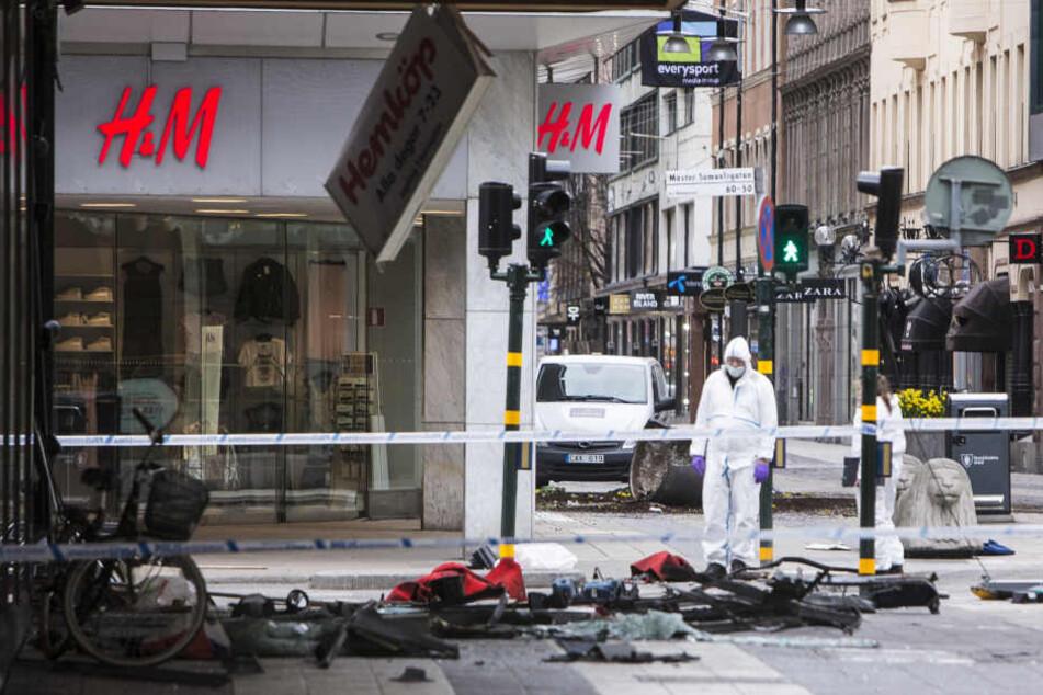 Nach dem Terroranschlag in Stockholm werden Spuren gesichert.